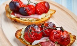 Artisjokken- groene olijven tapenade met rauwe ham en geroosterde tomaatjes
